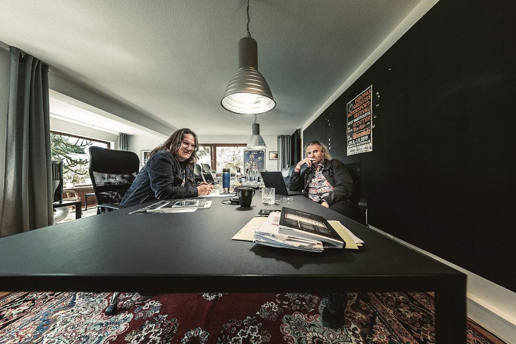 Holger Hübner und Thomas Jensen im Chefbüro des W.O.A.